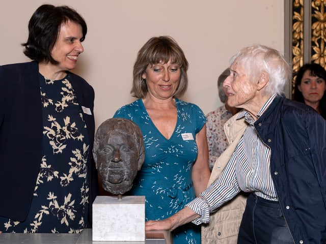 Die Bildhauerin Helen Balmer (rechts) schuf ein Bronzeportrait der ersten Grossratspräsidentin Gertrud Spiess (CVP).