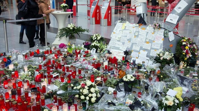 Flurs e chandailas per commemorar las unfrendas da l'accident Germanwings.