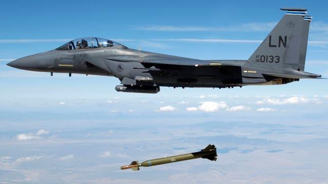 F-15-Jet beim Raktenabwurf