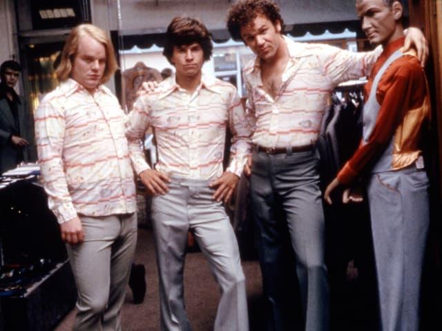 Hoffman mit Wahlberg und Rilley in identischer Kleidung.