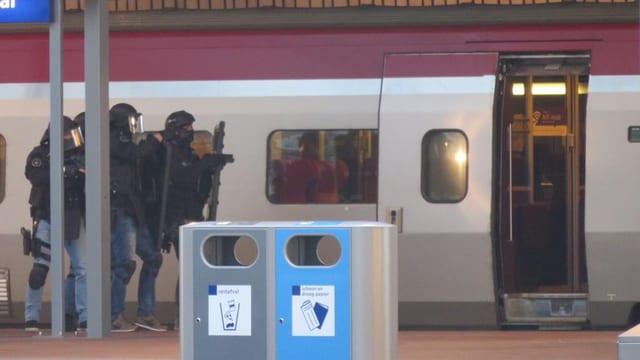 Unitads spezialas da la polizia avant il tren da Thalys.