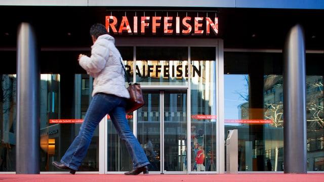 Filiala da la banca Raiffeisen.
