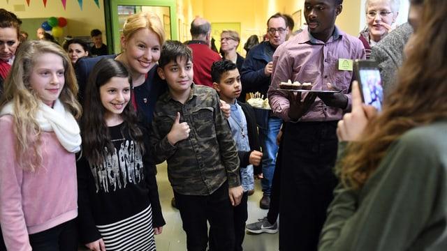 Giffey posiert mit Schülern aus Neukölln für ein Foto