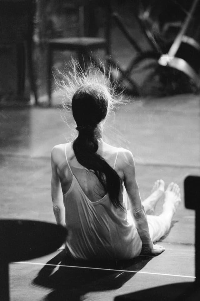 Die deutsche Tänzerin und Choreografin Pina Bausch tanzt in der Stück Café Müller am Festival d'Avignon '95 im Cour d'honneur du palais des papes, Avignon, Juli 1995.