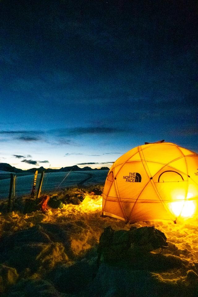 Ein Zelt steht auf einem vereisten Untergrund.