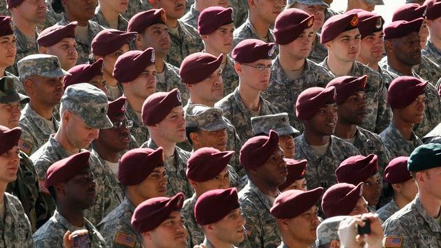 Soldaten einer Rede zuhörend.
