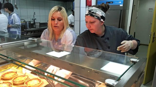 Zwei Frauen arbeiten in einer Küche