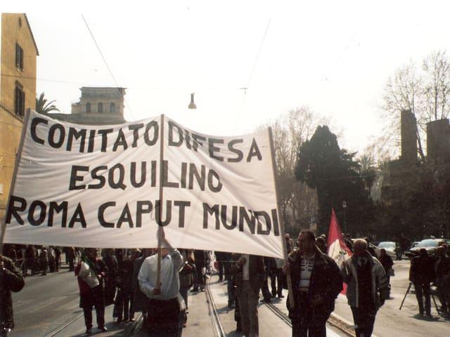 Protestanten halten einen Banner gegen die Chinesen hoch.