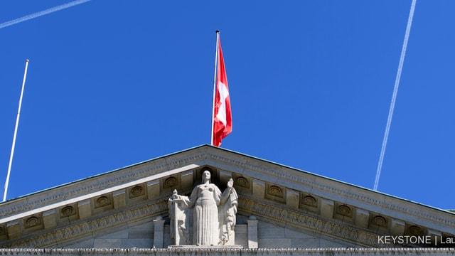Statue der Justizia unter dem Dach des Bundesgerichtes