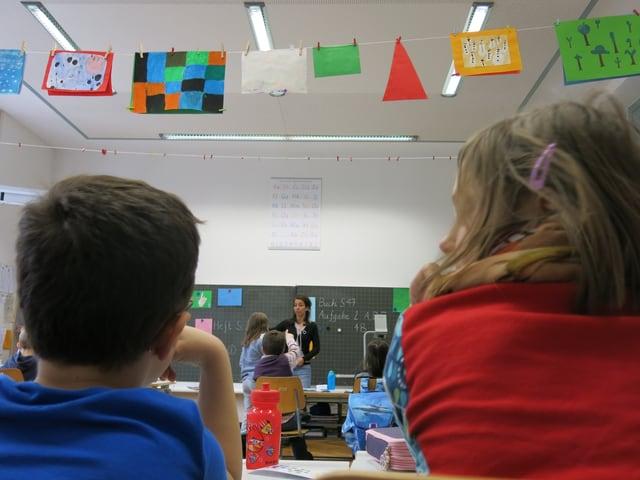 Deutschsprachige und französischsprachige Kinder sitzen nebeneinander in der gleichen Klasse.