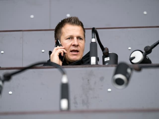 Christoph Spycher telefoniert auf der Tribüne