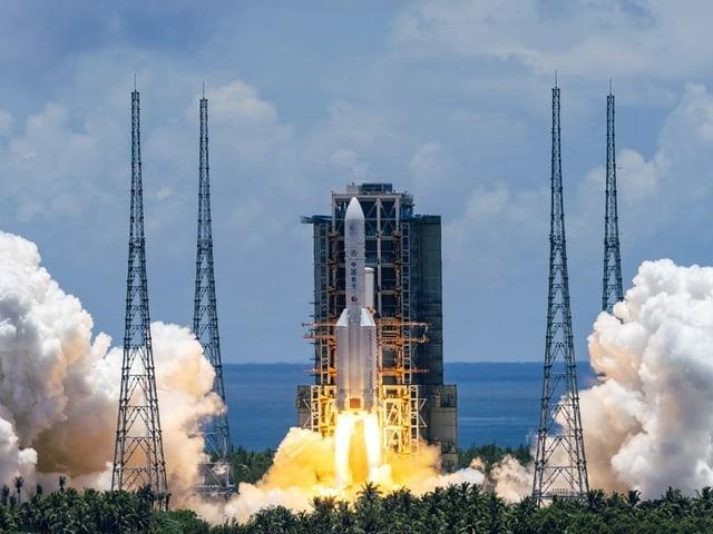 Lodernde Triebwerke beim Start einer chinesischen Rakete