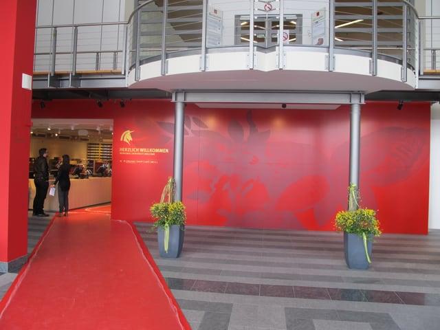 Eingang zum Besucherzentrum, roter Teppich, rote Wand.