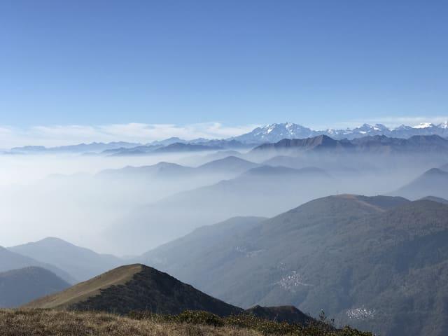 Blick über Berggipfel im Dunst