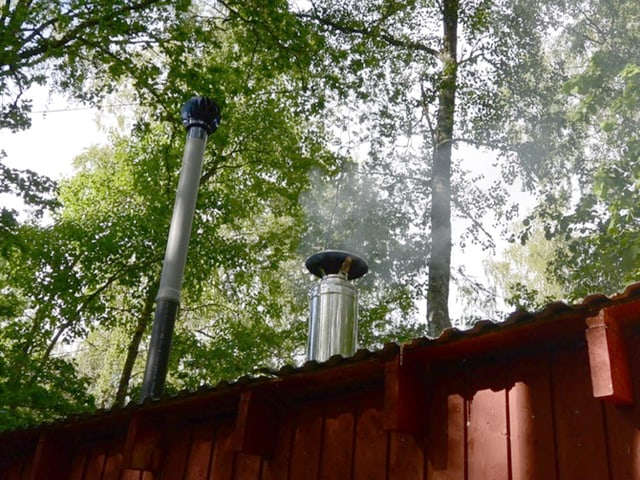 Rauchender Kamin einer Sauna