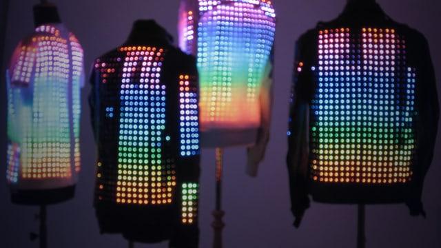 Lederjacken an Puppen: In die Lederjacken sind Bild-/Lichtpunkte eingearbeitet