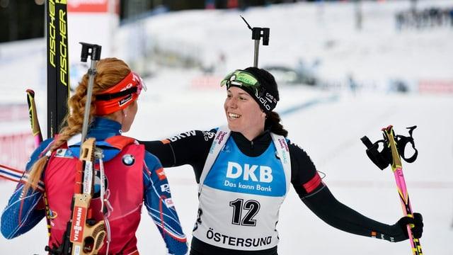La biatleta Lena Häcki (a dretga) gratulescha a la Tscheca Gabriela Koukalova suenter la cursa.