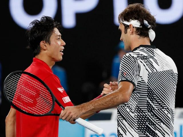 Zwei Tennisspieler schütteln Hände