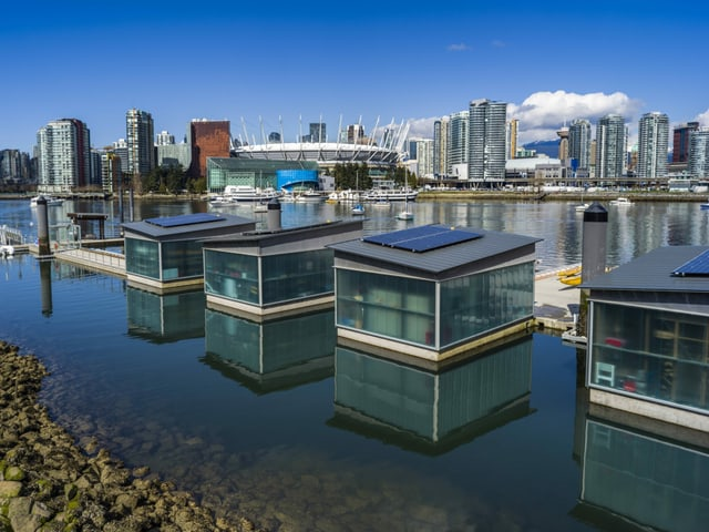 Tiny Houses aus Glaswaenden schwimmend