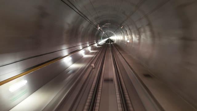 Blick aus dem Führerstand eines Zuges in den Tunnel.