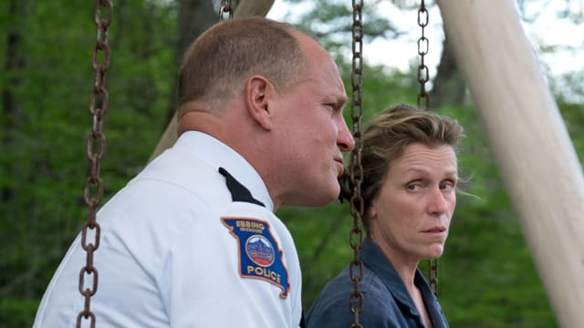 Woody Harrelson und Frances McDormand sitzen auf einem Kinderspielplatz.