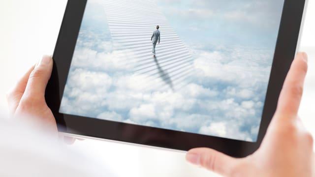 Ein Tablet: Darauf läuft ein Mann die Treppe hoch in den Himmel.