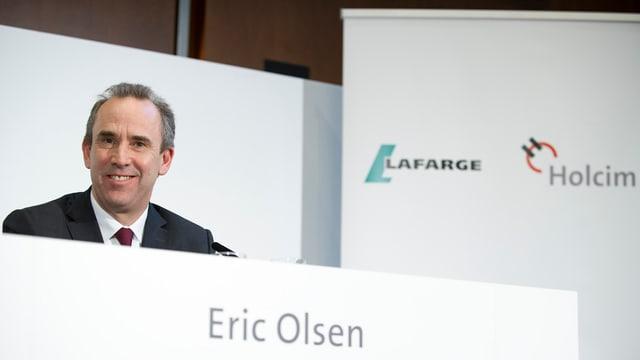 Eric Olsen ad ina conferenza da medias davart la fusiun dals concerns Holcim e Lafarge