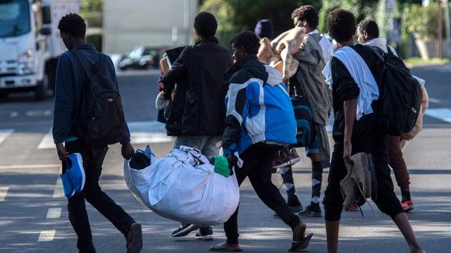 Fugitivs em la citad taliana Como, gist al cunfin svizzer.