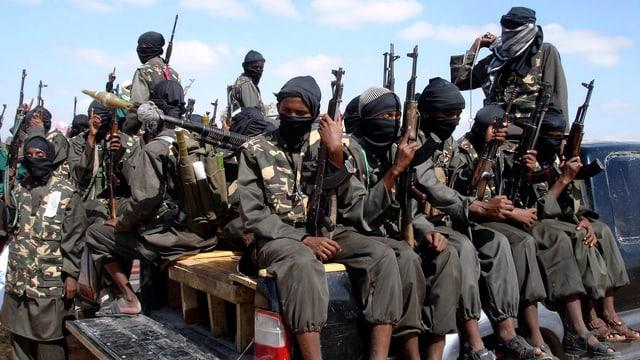 Angehörige der Al-Schabaab-Miliz mit Gewehren auf einer Ladefläche.
