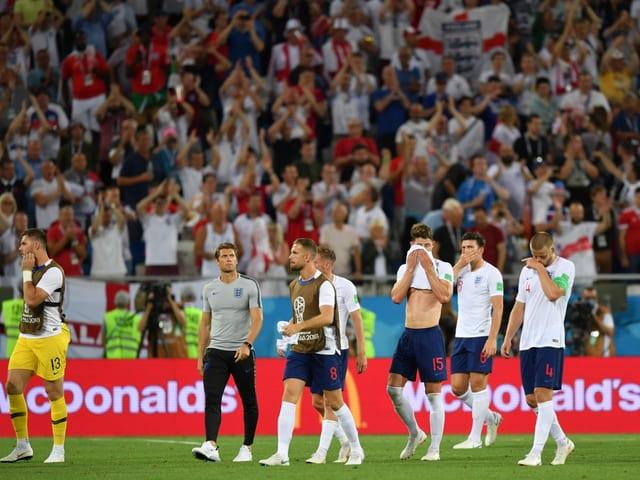 Englische Spieler vor dem englischen Fanblock.
