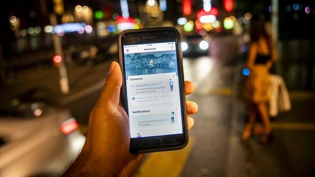 Auf einem Handybildschirm ist die SwissCovid-App zu sehen.