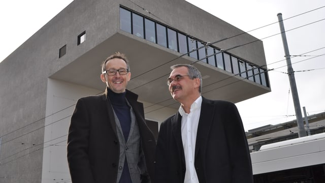 Porträt Olivier Curty und Jean-François Steiert vor dem Schauspielhaus in Freiburg.