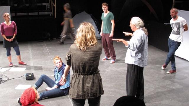 Autor Christoph Fellmann (rechts) und Regisseur Livio Andreina (zweiter von rechts) geben den Schauspielern Anweisungen