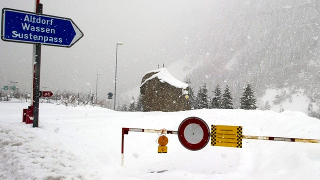Strassensperrung wegen Schnees bei Goeschenen.