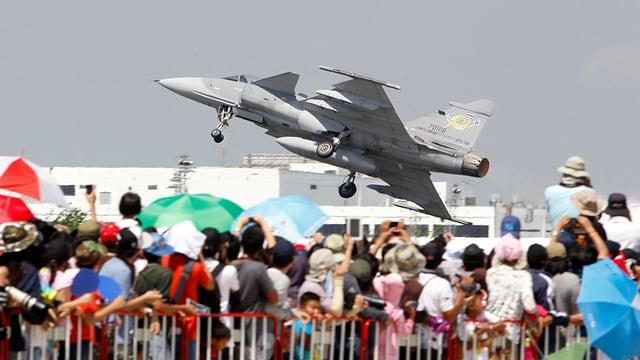 Zuschauer beim Start eines Kampfflugzeuges