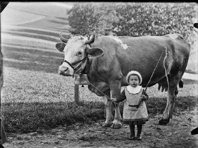 Mädchen mit Kuh.