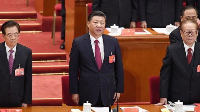 Drei ältere chinesische Männer - Hu, Xi, Jiang - stehen in Anzügen in einer Reihe.