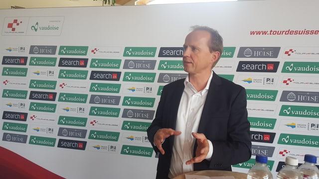 Kurt Betschart, il directur tecnic da la Tour de Suisse infurma a las medias sur dal stadi 'organisaziun da la Tour de Suisse