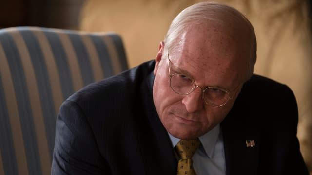 Christian Bale als nachdenklicher Dick Cheney in einer Nahaufnahme.