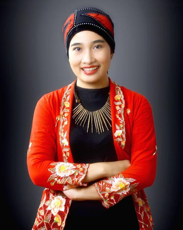 Eine junge Schriftstellerin aus Indonesien mit bestickten Kleidern.