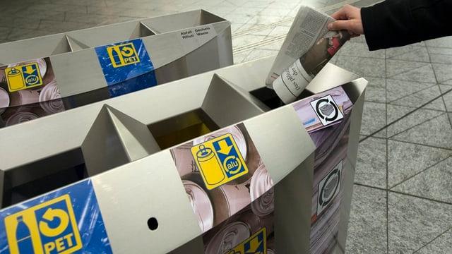 Zeitung wird im Abfall entsorgt