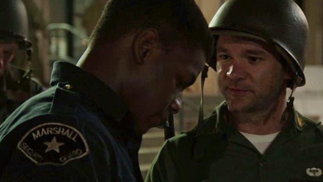 Ein Soldat spricht mit einem Wachmann