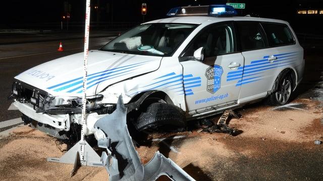 Das Auto der Kantonspolizei Aargau ist vorn stark eingedrückt, das Rad ist weg.