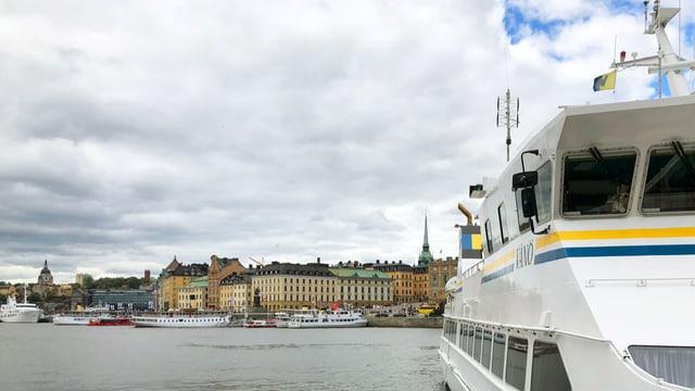 Fähre und Wasserstrasse in Stockholm.