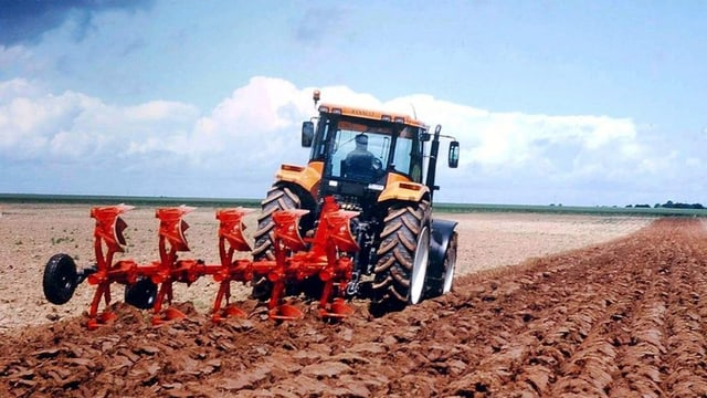 Der Motor beim Verkauf der Landmaschinen stottert - ein Bucher-Fahrzeug beim Pflügen.