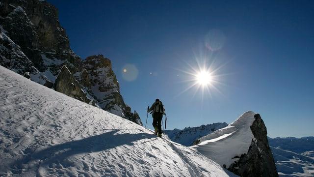 Ein Skitourenläufer im Aufstieg