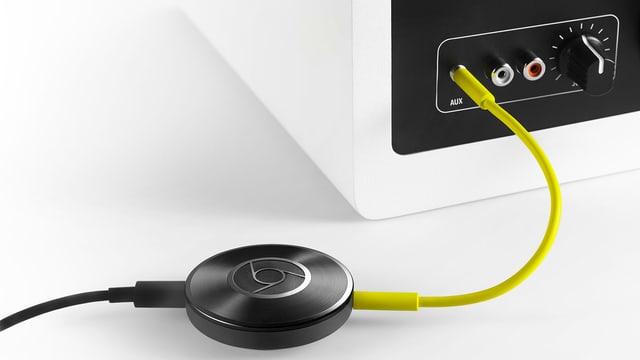 Ein  Chromecast Audio ist per 3,5mm Klinkenstecker an einer Stereoanlage angeschlossen.