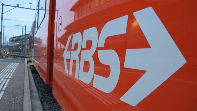Ein oragner Zug mit der Aufschrift RBS.