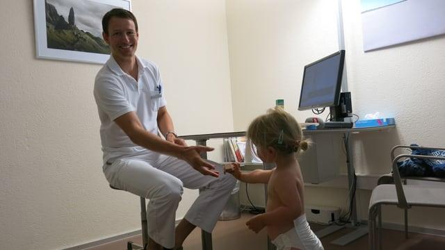 Ein Arzt mit einem kleinen Mädchen.