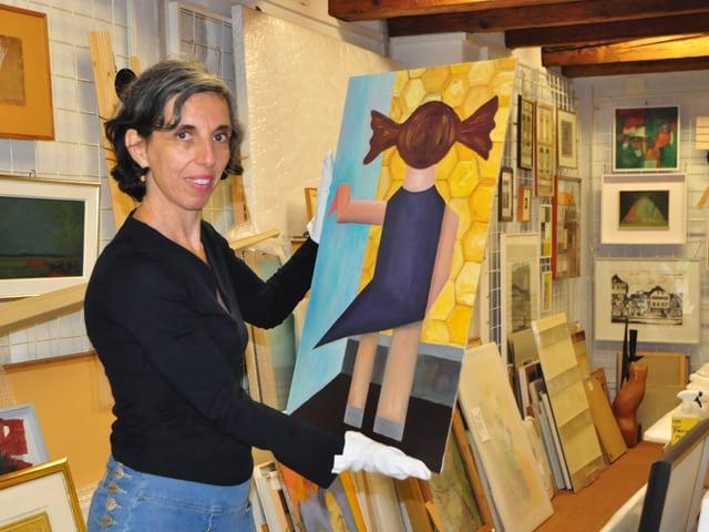 Eine Frau hält ein Bild